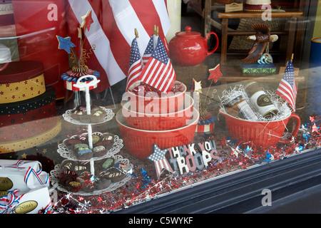 Affichage patriotique pour nous remercier des troupes dans une vitrine dans Lynchburg Tennessee usa Banque D'Images