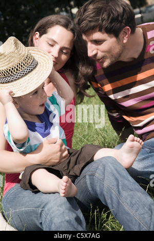 Allemagne, Berlin, Family sitting in meadow Banque D'Images