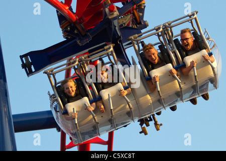 Les visiteurs de Luna Park de Coney Island profitez de la nouvelle Screaming Eagle ride Banque D'Images