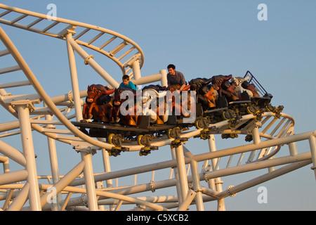 Les visiteurs de Luna Park de Coney Island profitez du nouveau Steeple au coucher du soleil Banque D'Images