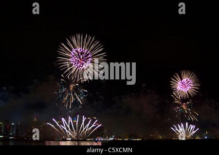 La 35e assemblée annuelle de Macy's Quatrième de juillet feu d'artifice sur la rivière Hudson avec le midtown Manhattan Banque D'Images