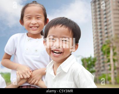 Heureux les enfants dans le parc de la ville Banque D'Images