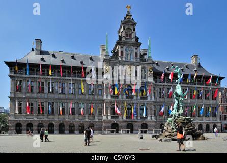 Anvers Hôtel de Ville et la statue de Brabo au Grote Markt / Grand Place / Main Square, Belgique Banque D'Images