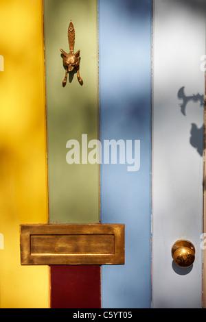 Fox heurtoir en laiton, bouton et letterbox sur panneau de porte en bois de couleur dans les Cotswolds en Juillet Banque D'Images
