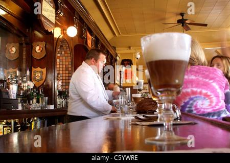 Un café irlandais sur la barre au célèbre café Buena Vista à San Francisco Banque D'Images