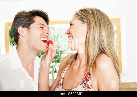 Woman feeding copain fraise Banque D'Images