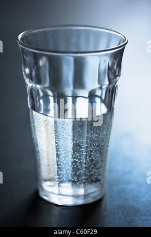 Les bulles dans le verre d'eau Banque D'Images