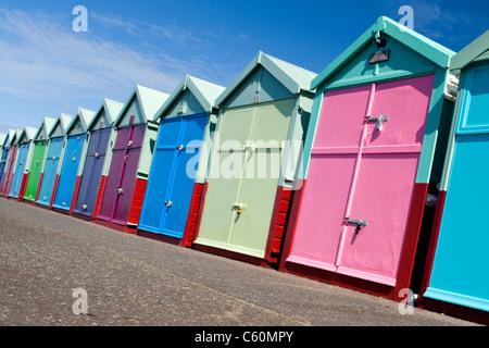 East Sussex , Hove , effectivement colorées ou cabines colorées sur la promenade du front de mer ou Banque D'Images