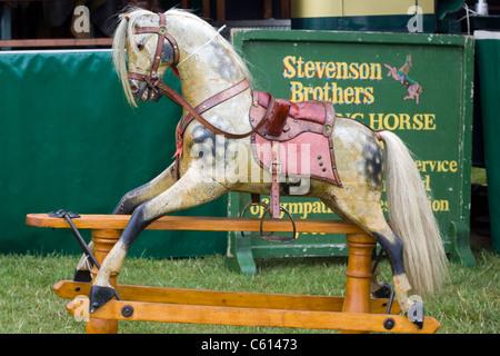 Un vieux cheval à bascule à la vente à un spectacle en Angleterre Banque D'Images