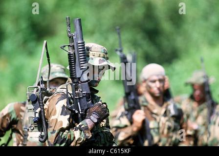 La Marine américaine dans la guerre de la formation. Joint de premier plan porte une radio sur le terrain et un Banque D'Images