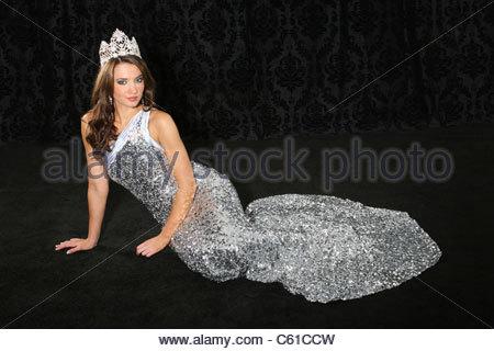 ... La reine de beauté vêtue de son état et une robe de soirée à paillettes  argent bcbeaac636cb