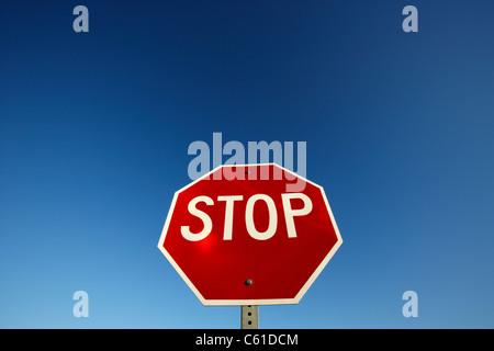 Panneau d'arrêt contre le ciel bleu au Dakota du Nord usa États-Unis d'Amérique Banque D'Images