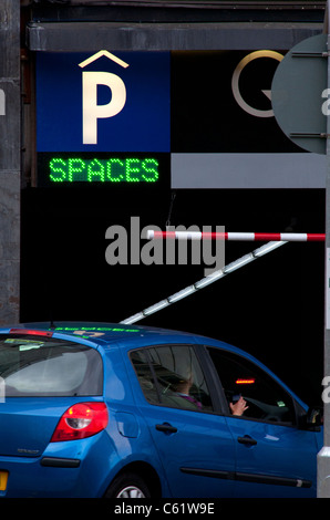 L'entrée de voiture parking sous la barre de limitation de hauteur par des espaces lumineux panneau routier à l'entrée Banque D'Images