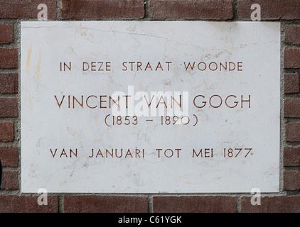 Dordrecht, Pays-Bas. Plaque murale, sur Tolbrugstraat Waterzijde, montrant où Van Gogh a vécu de janvier à mai 1877. Banque D'Images