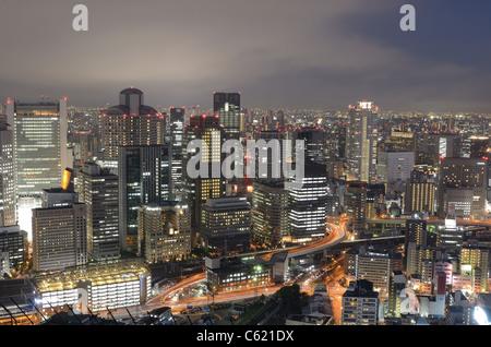 Skyline de quartier Umeda, à Osaka au Japon vu de Umeda Sky Building. Banque D'Images