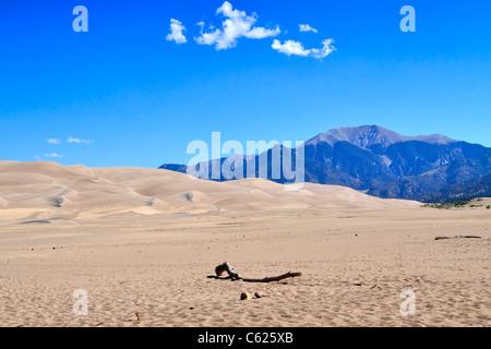 Great Sand Dunes National Park, Colorado. Une feuille de sable entoure le dunefield, les montagnes Sangre de Cristo tour derrière