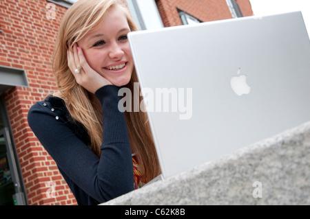 Jeune personne de sexe féminin à l'aide d'un ordinateur portable Banque D'Images