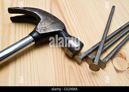 Ancien hammer and nails sur fond de bois Banque D'Images