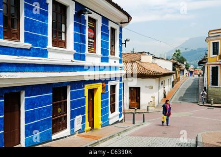 Maisons et rue dans le style colonial, quartier historique de Candaelaria, Bogota, Colombie Banque D'Images