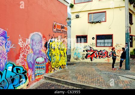 Les murs avec des graffitis, carré de Plazoleta del Chorro de Quevedo, quartier de La Candelaria, Bogota, Colombie Banque D'Images