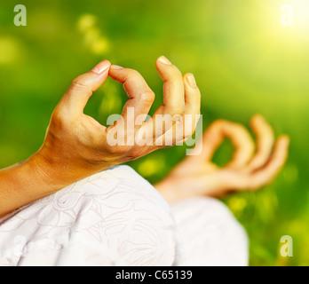 La méditation de yoga en plein air, les femmes en bonne santé dans la paix, l'âme et l'esprit concept équilibre zen