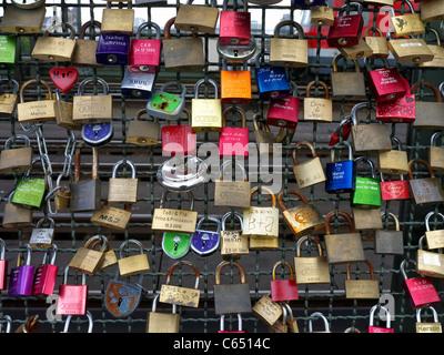 Détail de verrous attachés à Pont Hohenzollern d'amoureux à Cologne Allemagne Banque D'Images
