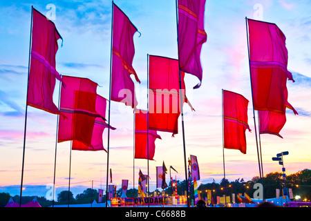 Drapeaux du Festival WOMAD à twilight à 2011, Charlton Park, Malmesbury, Wiltshire, England, UK Banque D'Images