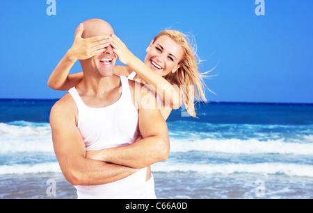 Heureux couple s'amusant sur la plage, nouvelle jeune famille dépense de miel au tropical resort, jouer à jeu, locations Banque D'Images