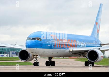 Avions Thomson prépare à prendre au large de l'aéroport de Manchester en Angleterre Banque D'Images