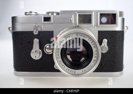 Leica M3 Leitz allemand fait de télémètre RF classique du film avec la caméra 50mm Elmar Lentille sur fond blanc Banque D'Images