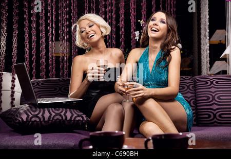 Deux jolie fille de s'amuser ensemble Banque D'Images