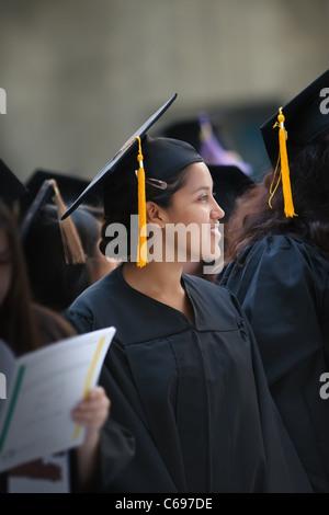 Hispaniques ou latinos young woman wearing graduation hat et une blouse au cours de la cérémonie de remise des diplômes Banque D'Images