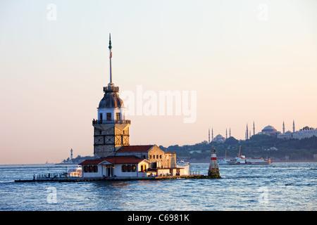 Tour (Tour de Leandros, Bain Turc: Kiz Kulesi) paysage tranquille à l'entrée de Détroit du Bosphore à Istanbul, Banque D'Images