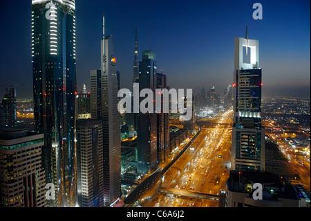 Soirée au Golfe persique, trafic, ville, centre-ville de Dubai, Dubaï, Émirats arabes unis, Moyen Orient Banque D'Images