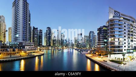 Spectaculaire skyline at night, Marina de Dubaï, Dubaï, Emirats Arabes Unis, Moyen Orient Banque D'Images