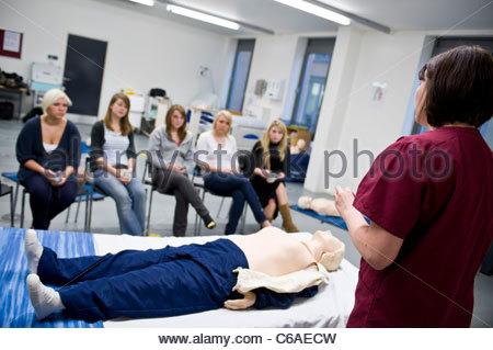 Les étudiants en sciences infirmières de l'enseignement de l'instructeur infirmière dans les compétences cliniques Banque D'Images
