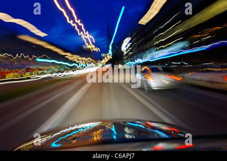 Le trafic routier, les Lumières floues, des traces de lumière, art de la lumière, dynamique, colorée, soir, Hambourg, Banque D'Images