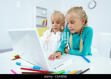 Portrait de deux jeunes filles qui étudient dans l'avant du coffre Banque D'Images