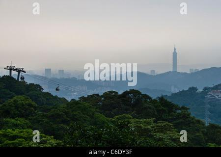 Vue sur Taipei City sur un jour brumeux de montagnes à Maokong Gondola, Taipei, Taiwan Banque D'Images