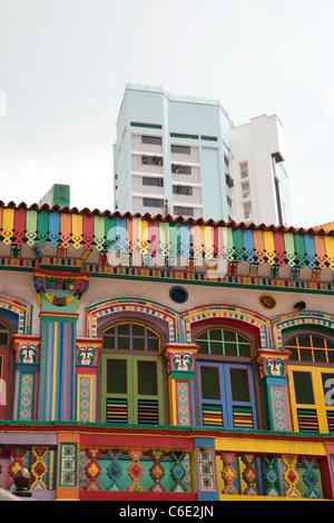 Ancienne et moderne, ancien et le nouveau bâtiment - contraste dans Little India, Singapour Banque D'Images