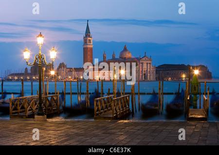 Quai de la Place St Marc avec les gondoles et la vue de l'île de San Giorgio Maggiore, à Venise, Italie, Europe Banque D'Images