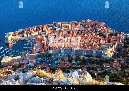 Dubrovnik Croatie,ville,Port,murs,vieille ville, tard en soirée Banque D'Images