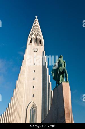 L'église Hallgrimskirkja avec statue de Leif Eriksson dans Reykjavik Islande Banque D'Images