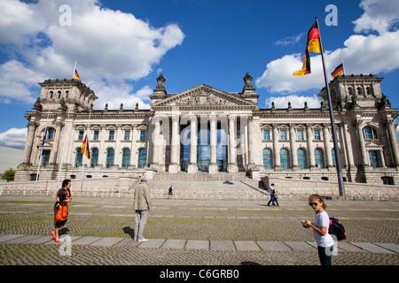 Reichtag - Bundestag capitale, Berlin, Allemagne. Vue de face. Les touristes à pied à l'avant. Banque D'Images
