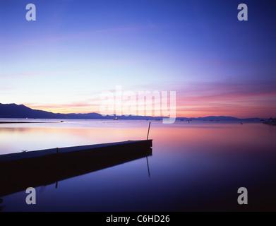 Sud du lac au coucher du soleil, le lac Tahoe, Sierra Nevada, Californie, États-Unis d'Amérique