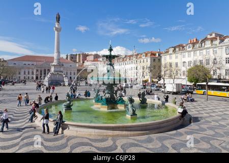 Les plus animés de la place Rossio à Lisbonne placa avec motif ondulé cobble stone Portugal Banque D'Images