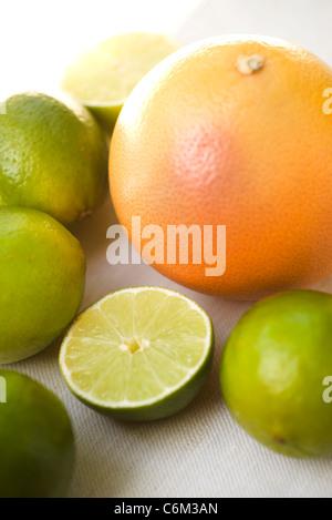 Pamplemousses frais et limes Banque D'Images