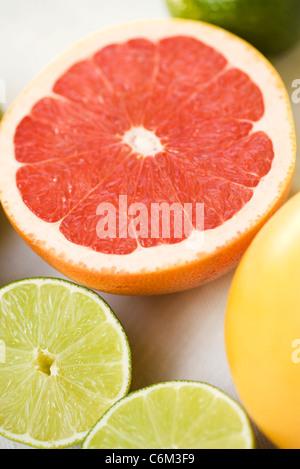 Les moitiés de pamplemousse et citron vert Banque D'Images