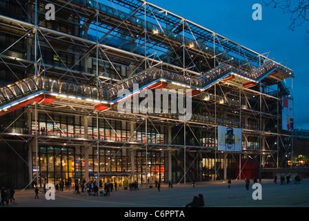 L'étonnante architecture post-moderne du centre Pompidou, Musée d'Art Moderne, Paris, illuminé la nuit. Banque D'Images