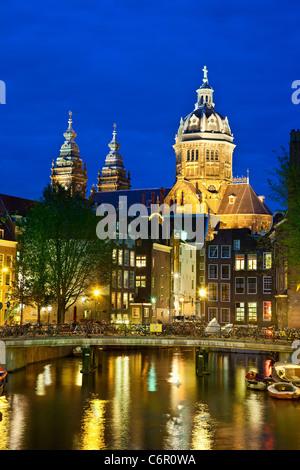 L'Europe, Pays-Bas, Amsterdam, Saint Nicolaaskerk dans la nuit Banque D'Images